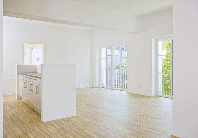 Empty living room with parquet floor — Stock Photo