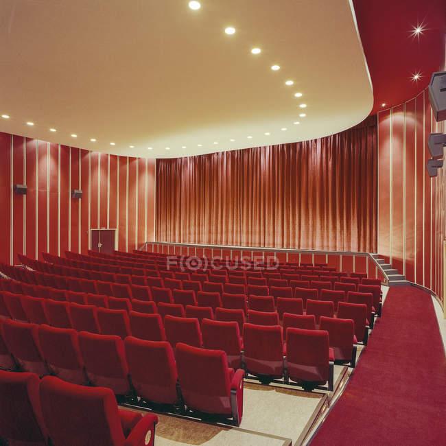 Cine, filas de asientos y de cortina en el interior - foto de stock