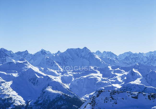 Montagnes enneigées en hiver pendant la journée — Photo de stock