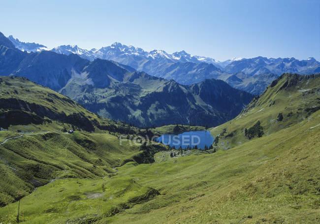 Paesaggio della montagna con prati di montagna e piccolo lago di montagna, Alpi Allgaeuer, Baviera — Foto stock