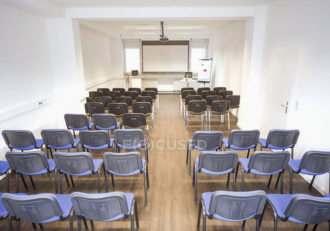Sala corsi con sedie all'interno — Foto stock