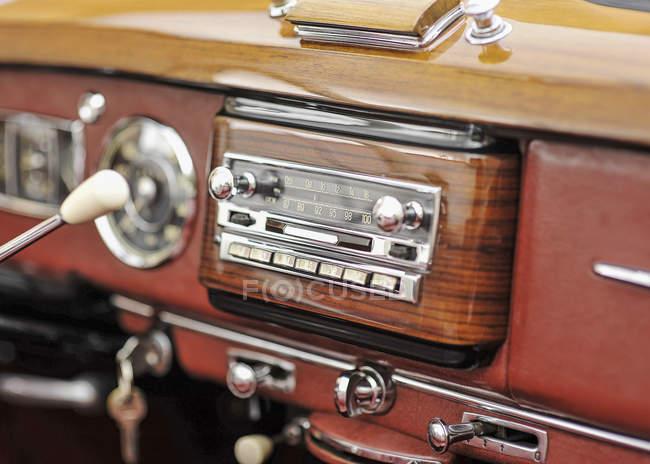 Oldtimer, Detail im Inneren, Autoradio — Stockfoto