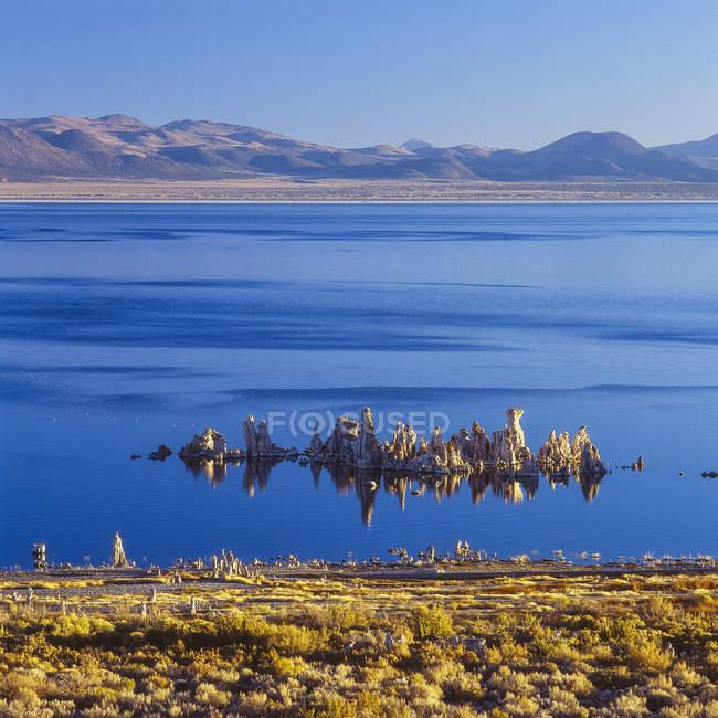 Blick auf klare blaue Wasser der See und die Hügel im Hintergrund — Stockfoto