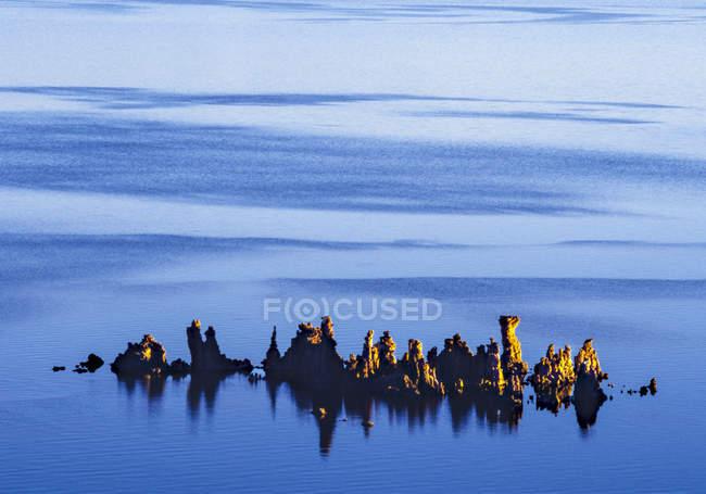 Dépôts de sel dans le lac salé, Mono Lake, Etats-Unis — Photo de stock