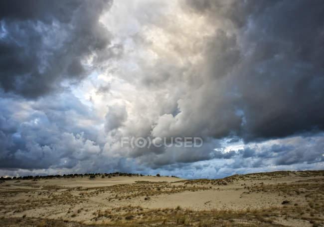 Бурные облака небо над землей — стоковое фото