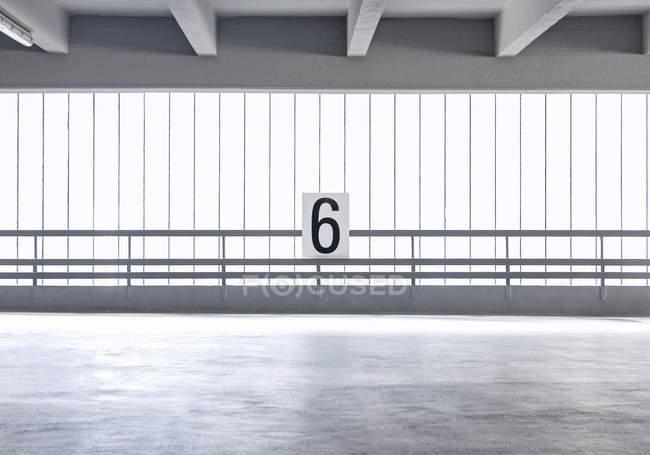 Пустой стоянке номер уровня, 6 — стоковое фото