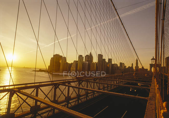 Manhattan, Brooklyn Bridge über Flusswasser, New York, Usa — Stockfoto