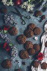Baked chocolate chip cookies on grey shabby surface with blossom and scissors — Stock Photo