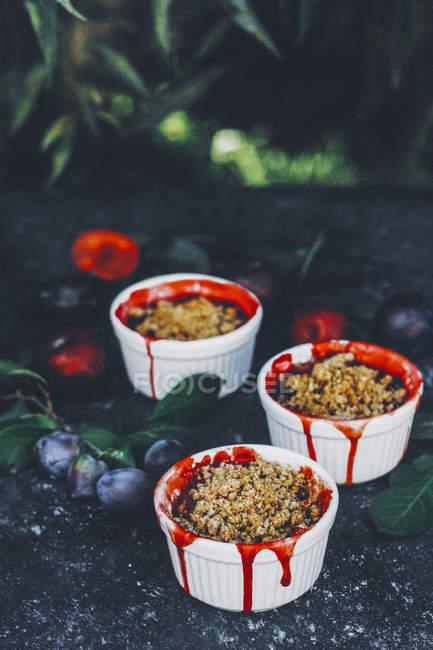 Сливы streusel десерты в выпечке блюд — стоковое фото