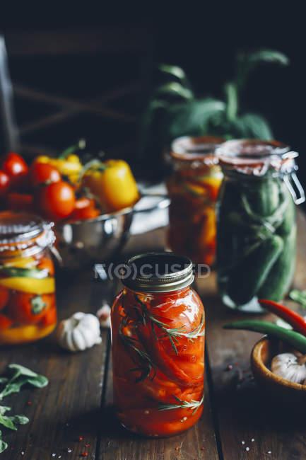 Sottaceti fatti in casa in vaso sulla tavola di legno — Foto stock
