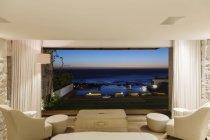 Moderne Schlafzimmer mit Blick auf Meer in der Nacht — Stockfoto