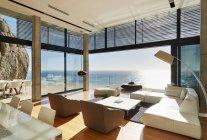 Терраса роскошь современного дома — стоковое фото