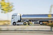 Нержавеющая сталь молоковоз на дороге — стоковое фото