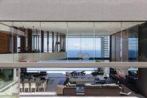 Стеклянные стены современного дома, с видом на океан — стоковое фото
