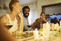 Freunde im Gespräch bei Dinner-party — Stockfoto