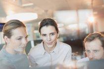 Business-Leute treffen am Computer im Büro — Stockfoto