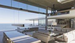 Современные, роскошные дома витрина интерьер гостиной и столовой с океаном Посмотреть — стоковое фото