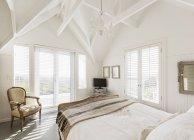 Quarto de luxo branco casa vitrine com tecto abobadado — Fotografia de Stock