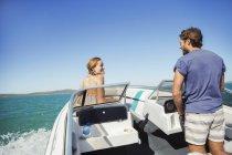 Рульова човні людини з подругою — стокове фото