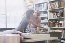 Дизайнери мозковий штурм в офісі — стокове фото