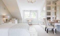 Feminine Schlafzimmer tagsüber drinnen — Stockfoto