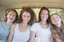 Для женщин, сидели в заднее сиденье автомобиля — стоковое фото