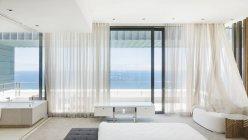 Современные спальни интерьер с видом на океан — стоковое фото