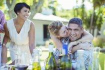 Paar küssen am Tisch im freien — Stockfoto