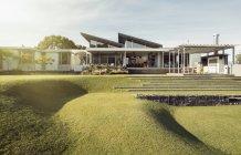 Похилій зелений двір і розкішний будинок — стокове фото