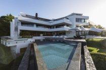 Extérieur maison vitrine moderne de luxe avec piscine — Photo de stock