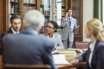 Адвокаты, говорить на мобильный телефон в камерах — стоковое фото
