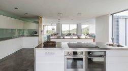 Современный, минималистический дома витрина интерьер кухни — стоковое фото