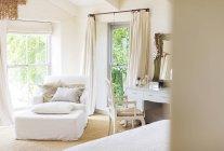 Poltrona e vanità in camera da letto rustica — Foto stock