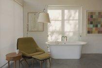 Сучасна розкіш додому Вітрина інтер'єр готельному номері з замочування ванна — стокове фото