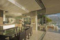 Сонячний сучасну розкіш додому Вітрина їдальні відкритий балкон — стокове фото