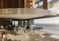 Sala de estar en casa moderna con vistas al océano - foto de stock
