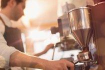 Barista utilisant grinder machine expresso café — Photo de stock