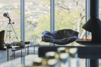 Télescope et cheminée dans le salon de luxe maison vitrine — Photo de stock