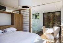Luxus-Schlafzimmer und Suite-Badezimmer — Stockfoto