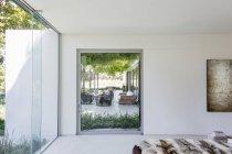 Schlafzimmer Fenster mit Blick auf Luxus Garten Patio — Stockfoto