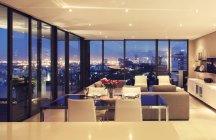 Lumineux salon moderne avec vue sur la ville — Photo de stock