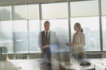 Улыбающийся бизнесмен ведущий конференц-зал — стоковое фото