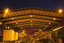 Освещенная зернохранилище в ночное время — стоковое фото