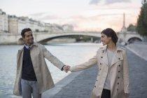 Casal de mãos dadas ao longo do Rio Sena, Paris, França — Fotografia de Stock
