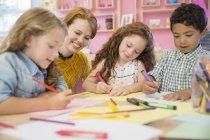 Étudiants et enseignants dessinent en classe — Photo de stock