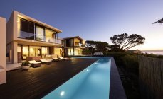 Modern luxury home showcase deck and swimming pool at sunset — Stock Photo