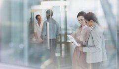 Unternehmerinnen im Gespräch, Überprüfung der Papierkram im Büro — Stockfoto