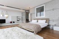 Shag Teppich in modernen Schlafzimmer — Stockfoto