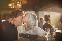 Dankbar senior empfangenden Geschenk umarmt Mann Frau in Bar — Stockfoto