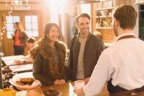Barista Kaffee paar am Schalter im Café serviert — Stockfoto